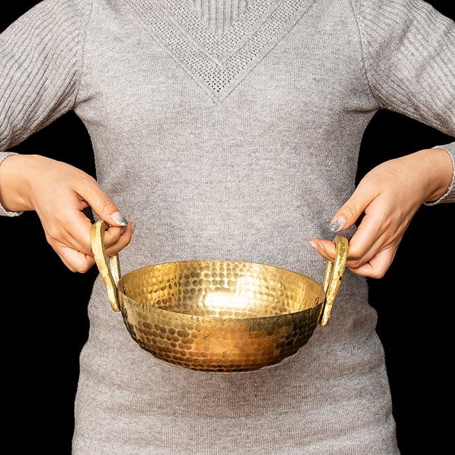 槌目仕立て調理用カダイ ブラス製  - 直径20.5cm 6 - 手に取るとこれくらいのサイズ感です。