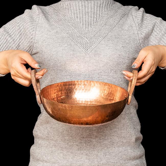 槌目仕立て高級調理用カダイ 銅製 - 直径23.5cm 6 - 手に取るとこれくらいのサイズ感です。