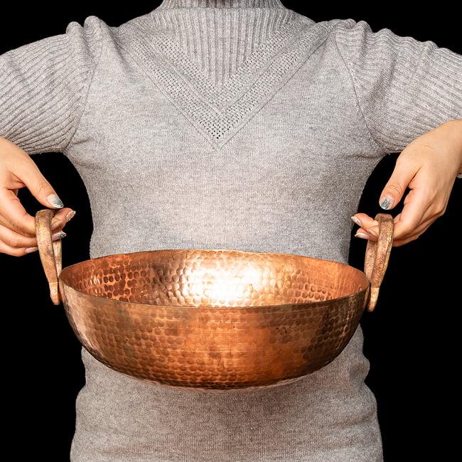 槌目仕立て高級調理用カダイ 銅製 - 直径31.5cm 6 - 手に取るとこれくらいのサイズ感です。