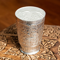 インド伝統唐草エンボスのアルミカップ - 高さ:約11.5cm