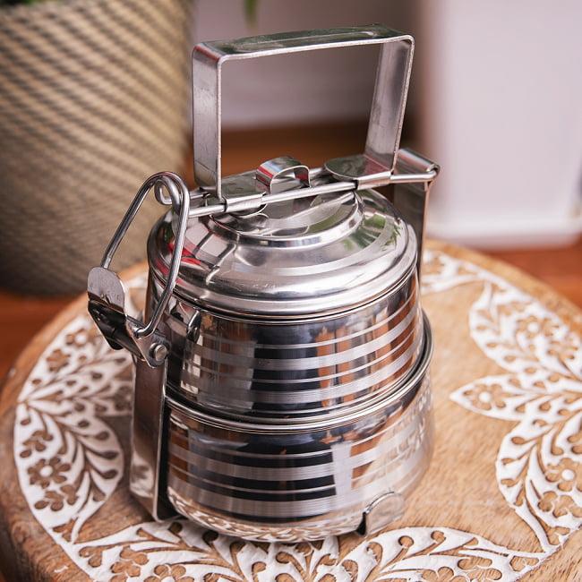 【2段】インドのステンレス弁当箱[17cm] 4 - 留め具部分を上にあげるとロックが外れます