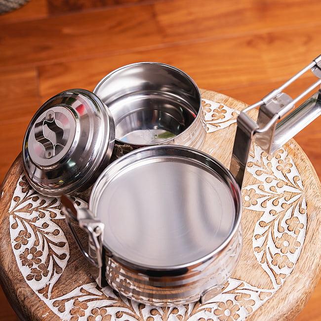 【2段】インドのステンレス弁当箱[17cm] 7 - 1段目の下には、薄いプレートの仕切りがあります。