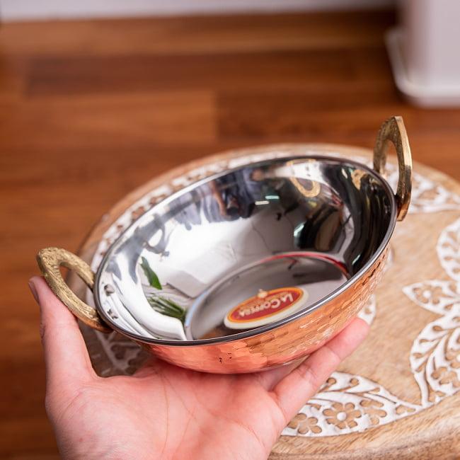 槌目銅装飾仕上げのステンレスカダイ[装飾持ち手付]サービングパン 食器・お皿〔約16.4cm〕 8 - このくらいのサイズ感です