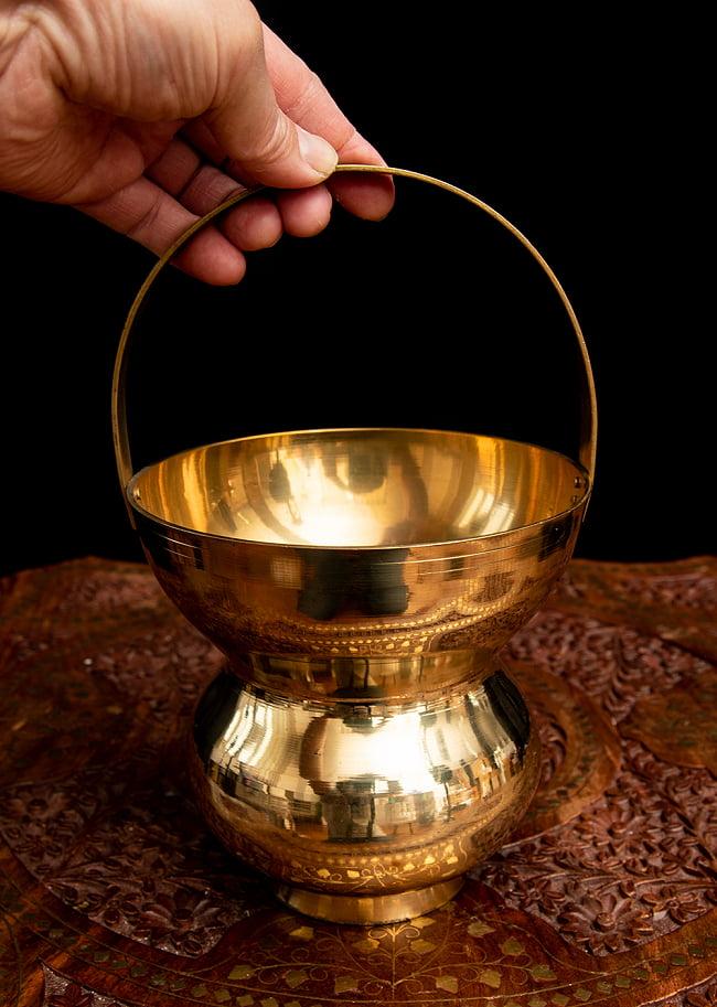 インドの水差し ブラス製 取っ手付き 23cm 6 - 手に取るとこれくらいのサイズ感です。