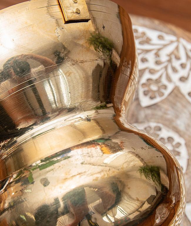 インドの水差し ブラス製 取っ手付き 23cm 7 - 傷や汚れはそれなりのインド現地感アリです
