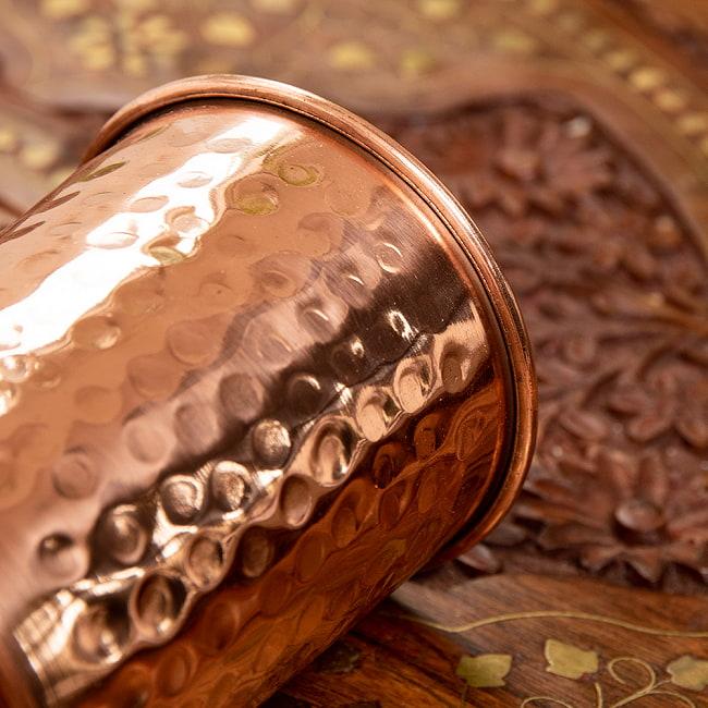 インドの鎚目付き銅装飾コップ【高さ:9.5cm×直径:7.3cm】 4 - 光の加減で表情が変わるのも面白いですよ!