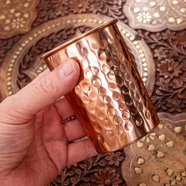 インドの鎚目付き銅装飾コップ【高さ:9.5cm×直径:7.3cm】 5 - サイズを感じていただく為、手に持ってみたところです。手触りも良いですよ!