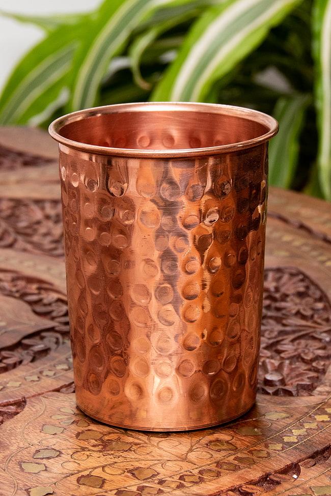 インドの鎚目付き銅装飾コップ【高さ:9.5cm×直径:7.3cm】の写真
