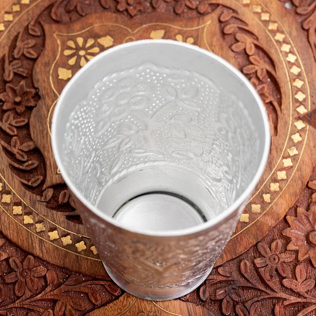 インド伝統唐草エンボスの花瓶 高さ:約11.5cm 3 - 中はこのようになっています。縁の部分はシャープなデザインで、少し尖っているので食器には向いておりません。