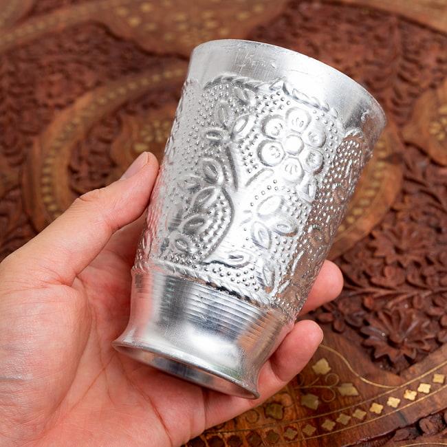 インド伝統唐草エンボスの花瓶 高さ:約11.5cm 6 - このくらいのサイズ感になります