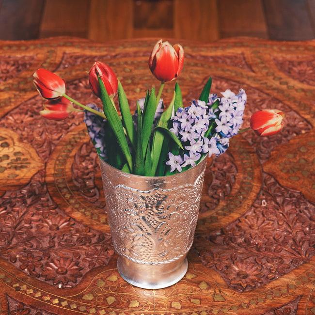 インド伝統唐草エンボスの花瓶 高さ:約11.5cmの写真