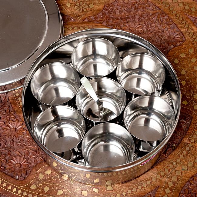 円形スパイスボックス 7種類のスパイスを入れられる![直径約20.5cm] 3 - ステンレスの小皿が7つ入っているので、お好みのスパイスを収納できます。