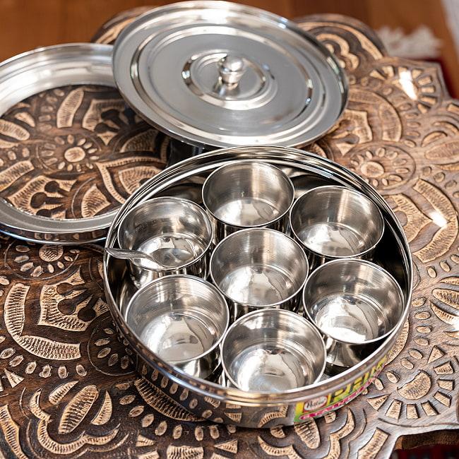 中ぶた付き 外蓋シースルー円形スパイスボックス 7種類のスパイスを入れられる![直径約21cm] 4 - ステンレスの小皿が7つ入っているので、お好みのスパイスを収納できます。