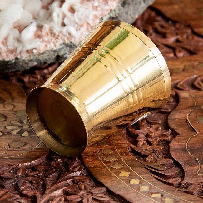 インドの礼拝用ブラス カップ 高さ:約5.7cm 4 - 底面の様子です。