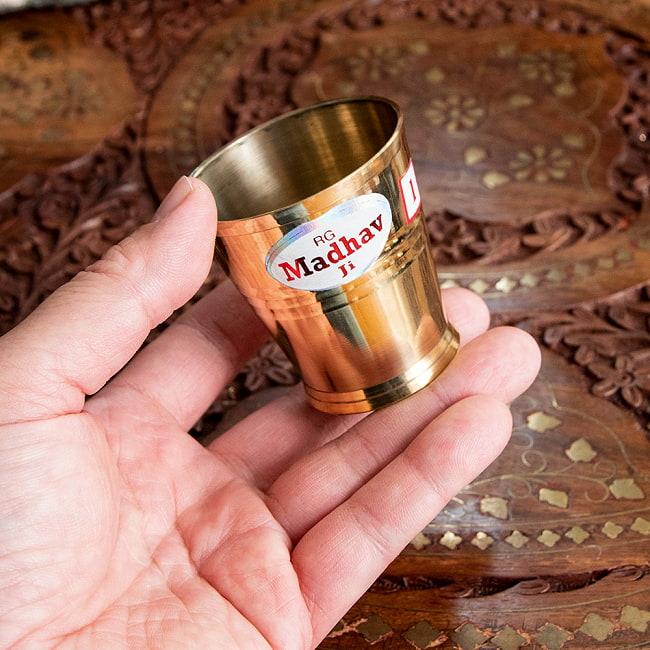 インドの礼拝用ブラス カップ 高さ:約5.7cm 5 - このくらいのサイズ感になります