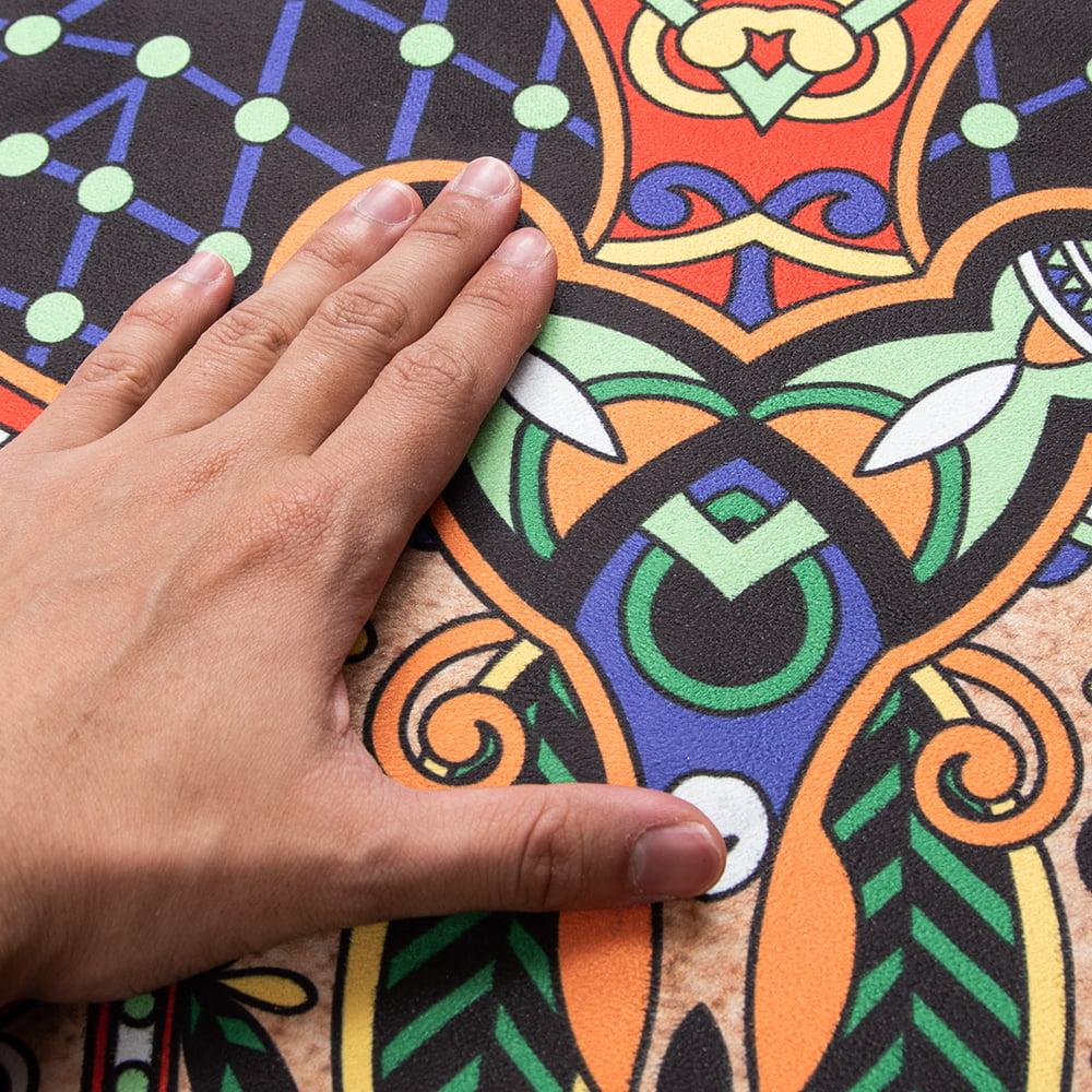 マンダラ模様の高品質ラウンドヨガマット 直径1.4m 厚さ4mm - サンドベージュ 4 - 表面は手触りの良い上質の起毛素材を使用。