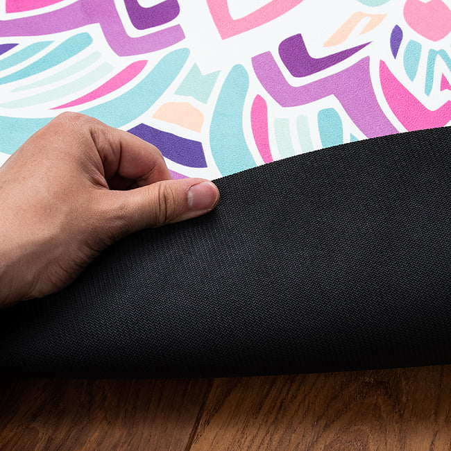 マンダラ模様の高品質ラウンドヨガマット 直径1.4m 厚さ4mm - サンドベージュ 5 - 裏面は耐久性のある天然ゴムを使用。高い滑り止め効果を発揮します。(写真は類似商品です)