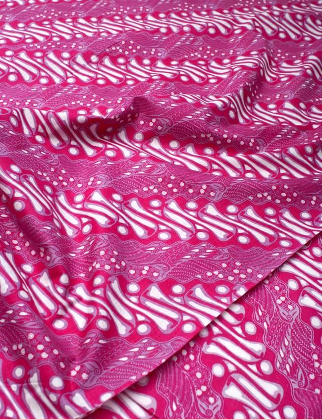 〔215cm*100cm〕インドネシア伝統!コットンバティック - ピンク・王宮模様 2 - 鳥などの動物と植物を組み合わせたスメン模様や、刀剣を意味する王宮模様のパラン・ルサック、インドから影響を受けた更紗模様など、インドネシアの歴史を感じることのできるデザインになっております。