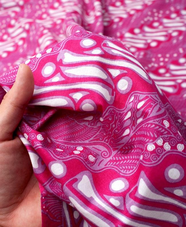 〔215cm*100cm〕インドネシア伝統!コットンバティック - ピンク・王宮模様 6 - 質感を感じていただく為、手に持ってみたところです。