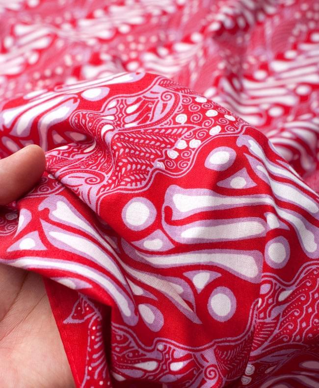 〔215cm*100cm〕インドネシア伝統!コットンバティック - 赤・王宮模様 6 - 質感を感じていただく為、手に持ってみたところです。