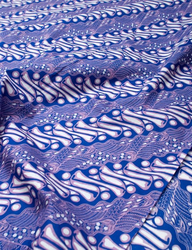 〔215cm*100cm〕インドネシア伝統!コットンバティック - 青紫・王宮模様の写真2 - 鳥などの動物と植物を組み合わせたスメン模様や、刀剣を意味する王宮模様のパラン・ルサック、インドから影響を受けた更紗模様など、インドネシアの歴史を感じることのできるデザインになっております。