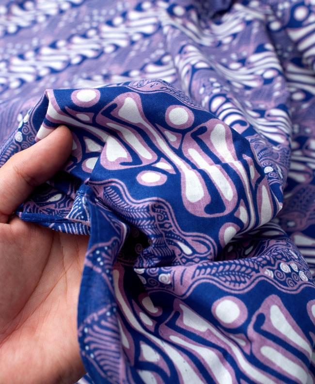 〔215cm*100cm〕インドネシア伝統!コットンバティック - 青紫・王宮模様の写真6 - 質感を感じていただく為、手に持ってみたところです。