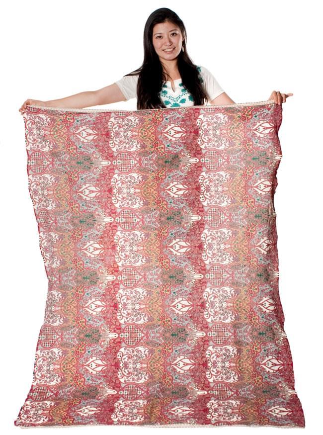 〔160cm*115cm〕インドネシア伝統!コットンバティック - 紫・更紗の写真10 - 身長165cmのモデルさんが手に持ってみたところです。