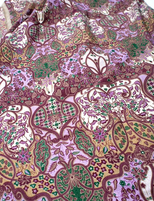 〔160cm*115cm〕インドネシア伝統!コットンバティック - 紫・更紗の写真2 - 鳥などの動物と植物を組み合わせたスメン模様や、刀剣を意味する王宮模様のパラン・ルサック、インドから影響を受けた更紗模様など、インドネシアの歴史を感じることのできるデザインになっております。