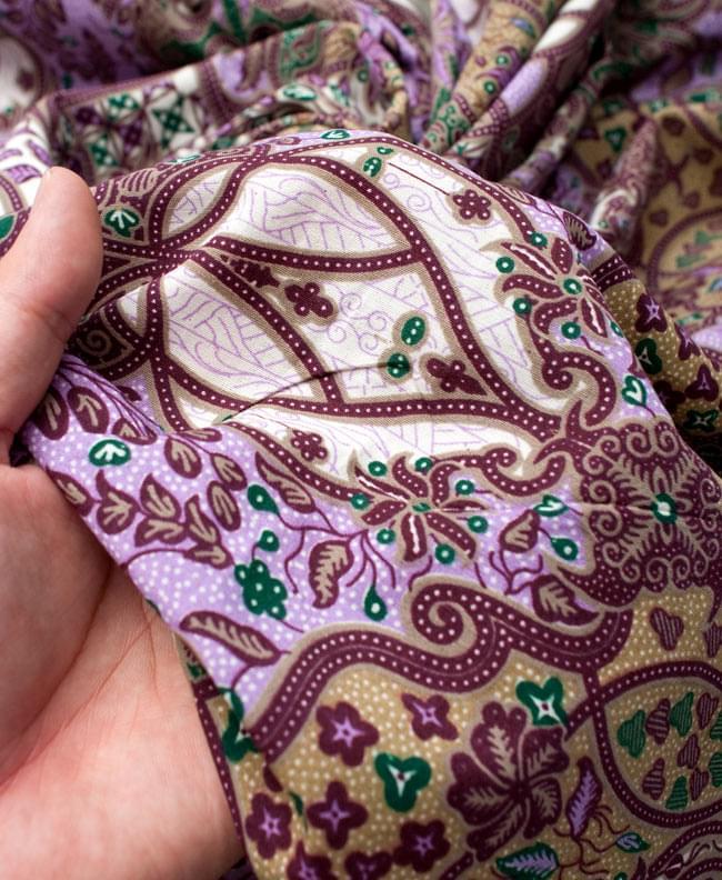 〔160cm*115cm〕インドネシア伝統!コットンバティック - 紫・更紗の写真6 - 質感を感じていただく為、手に持ってみたところです。