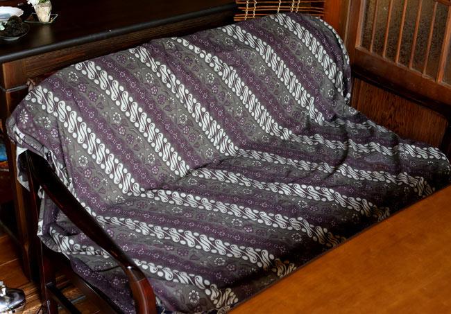 〔160cm*115cm〕インドネシア伝統!コットンバティック - 紫・更紗の写真7 - 2.5人掛けのソファーに、ソファーカバーとして使用したところです。一気にアジアンな雰囲気になります!(以下の写真は、同ジャンル品のものになります。)