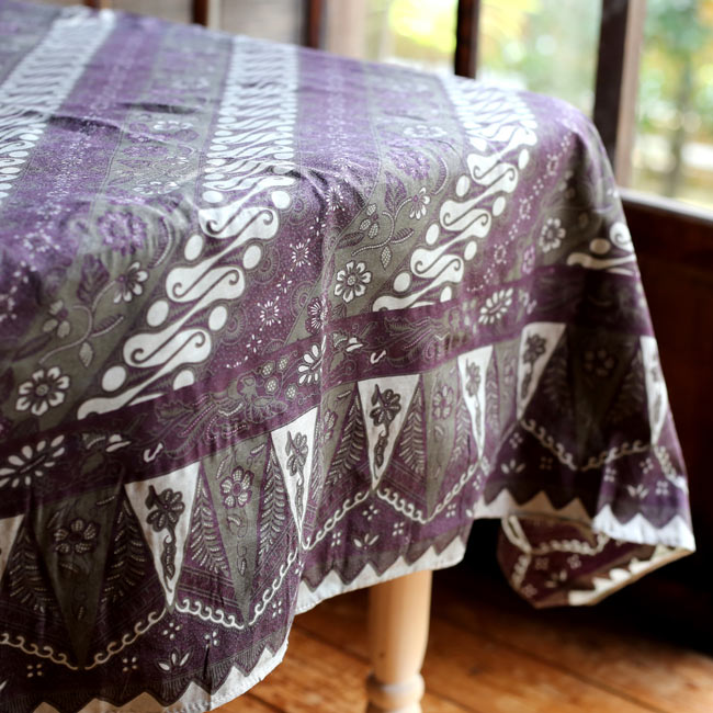 〔160cm*115cm〕インドネシア伝統!コットンバティック - 紫・更紗の写真9 - 基本的にバティックの柄や色合いは明るめの物が多いですが、意外と落ち着いた和風な空間にも馴染みます。他にも目隠しに使ったり、カーテンにしたり、手作り衣料の素材にしたりアイデア次第で何にでも使えるバティックです!