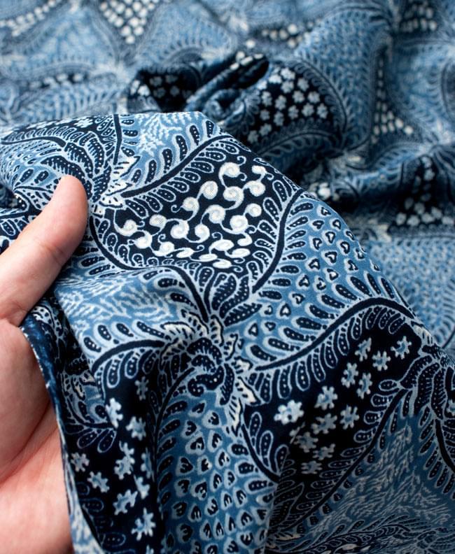〔210cm*110cm〕インドネシア伝統!コットンバティック - 青・更紗の写真6 - 質感を感じていただく為、手に持ってみたところです。