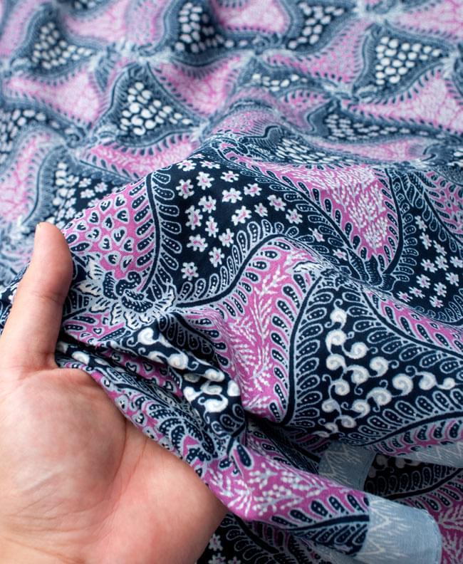 〔210cm*110cm〕インドネシア伝統!コットンバティック - ピンク・更紗 6 - 質感を感じていただく為、手に持ってみたところです。