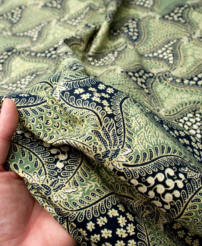 〔210cm*110cm〕インドネシア伝統!コットンバティック - 緑・更紗の写真6 - 質感を感じていただく為、手に持ってみたところです。