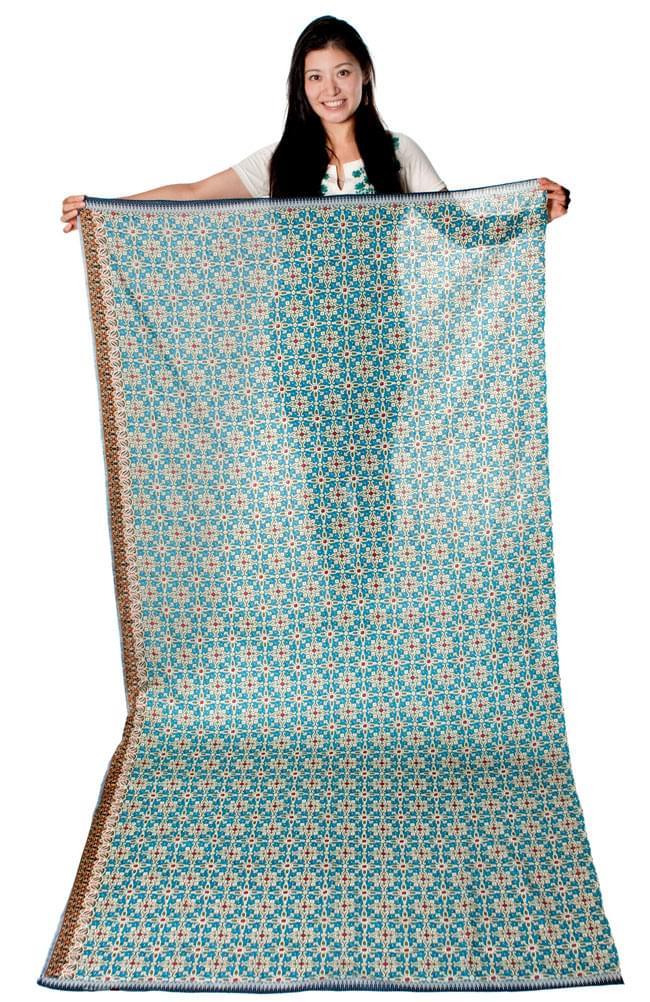 〔210cm*110cm〕インドネシア伝統!コットンバティック - 黄土×緑・更紗の写真11 - 身長165cmのモデルさんが手に持ってみたところです。