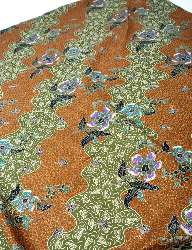 〔210cm*110cm〕インドネシア伝統!コットンバティック - 黄土×緑・更紗の写真2 - 鳥などの動物と植物を組み合わせたスメン模様や、刀剣を意味する王宮模様のパラン・ルサック、インドから影響を受けた更紗模様など、インドネシアの歴史を感じることのできるデザインになっております。