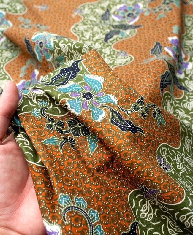 〔210cm*110cm〕インドネシア伝統!コットンバティック - 黄土×緑・更紗の写真6 - 質感を感じていただく為、手に持ってみたところです。