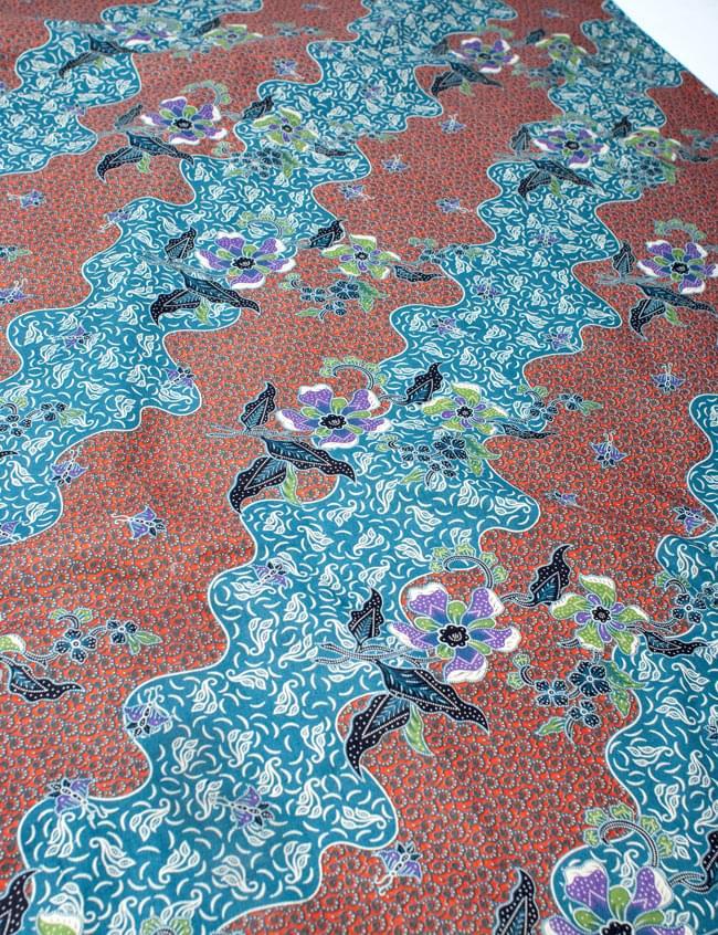 〔210cm*110cm〕インドネシア伝統!コットンバティック - 橙色×青・更紗の写真2 - 鳥などの動物と植物を組み合わせたスメン模様や、刀剣を意味する王宮模様のパラン・ルサック、インドから影響を受けた更紗模様など、インドネシアの歴史を感じることのできるデザインになっております。