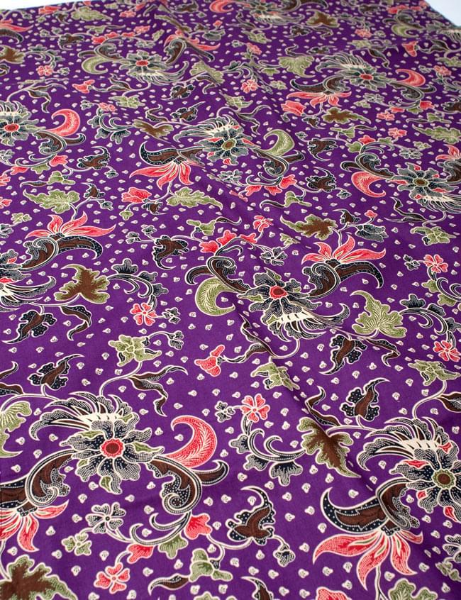 〔215cm*100cm〕インドネシア伝統!コットンバティック - 紫・花更紗の写真2 - 鳥などの動物と植物を組み合わせたスメン模様や、刀剣を意味する王宮模様のパラン・ルサック、インドから影響を受けた更紗模様など、インドネシアの歴史を感じることのできるデザインになっております。