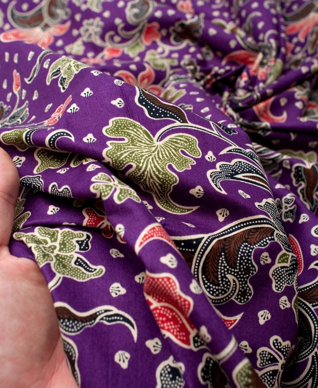 〔215cm*100cm〕インドネシア伝統!コットンバティック - 紫・花更紗の写真6 - 質感を感じていただく為、手に持ってみたところです。