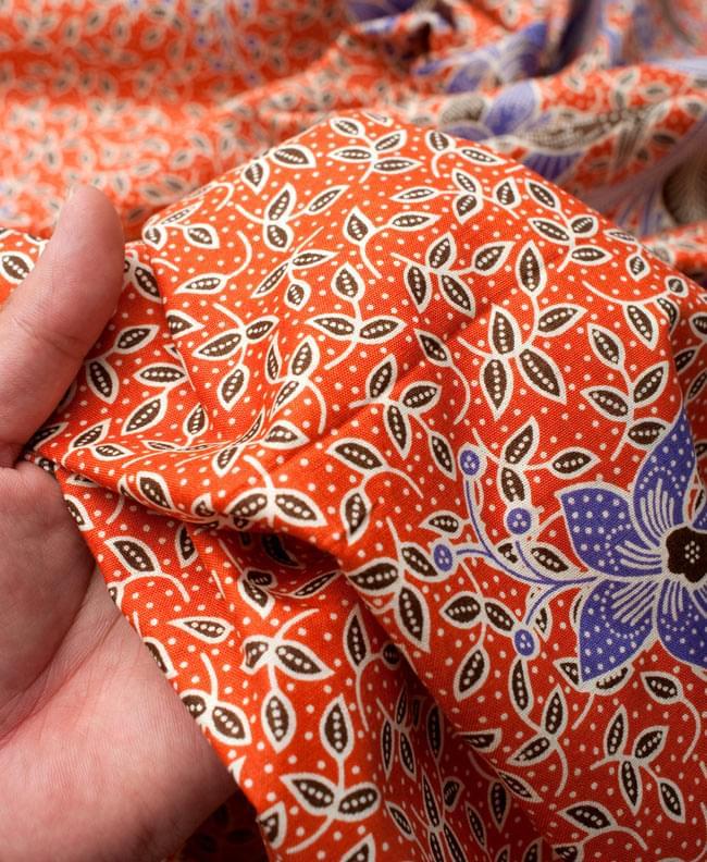 〔210cm*110cm〕インドネシア伝統!コットンバティック - 橙色・花更紗の写真6 - 質感を感じていただく為、手に持ってみたところです。