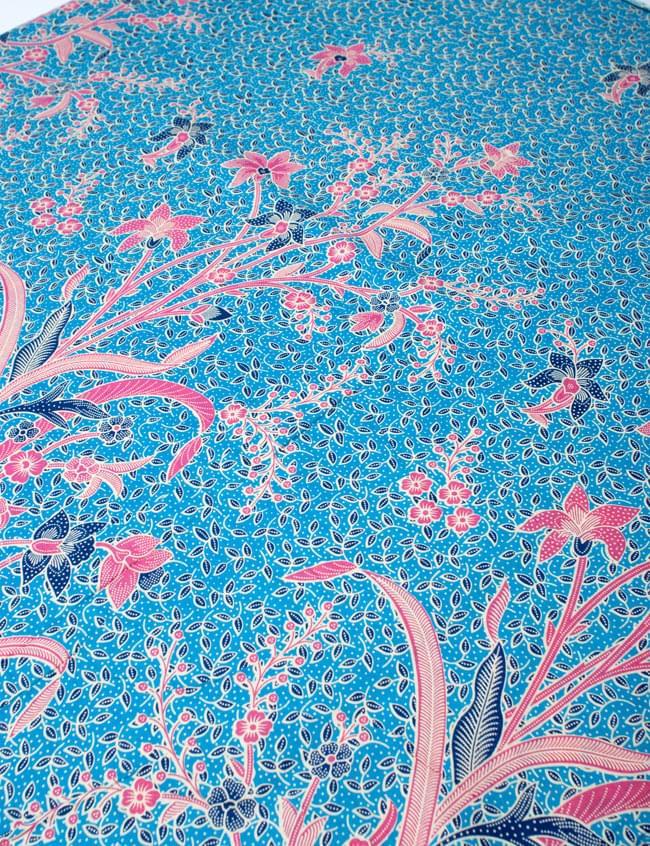 〔210cm*110cm〕インドネシア伝統!コットンバティック - 水色・花更紗の写真2 - 鳥などの動物と植物を組み合わせたスメン模様や、刀剣を意味する王宮模様のパラン・ルサック、インドから影響を受けた更紗模様など、インドネシアの歴史を感じることのできるデザインになっております。