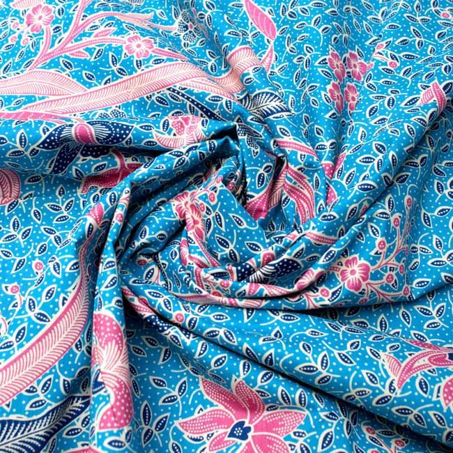 〔210cm*110cm〕インドネシア伝統!コットンバティック - 水色・花更紗の写真4 - 布をクシュクシュっとしてみました