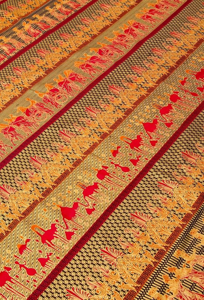 〔190cm*120cm〕インドネシア伝統のコットンバティック - 赤色・民族模様 2 - 鳥などの動物と植物を組み合わせたスメン模様や、刀剣を意味する王宮模様のパラン・ルサック、インドから影響を受けた更紗模様など、インドネシアの歴史を感じることのできるデザインになっております。