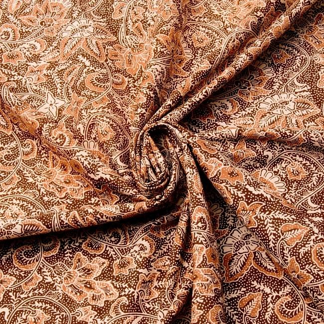 〔175cm*110cm〕インドネシア伝統のコットンバティック - 茶色・花更紗(花がオレンジ) 4 - 布をクシュクシュっとしてみました