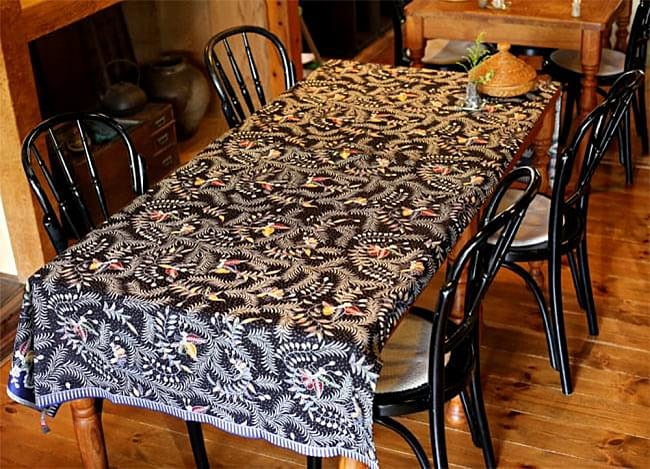 〔175cm*110cm〕インドネシア伝統のコットンバティック - 茶色・花更紗(花がオレンジ) 5 - サイズも大きいので長めのテーブルなど、お好きなところにご使用いただけます!(以下の写真は、同ジャンル品のものになります。)
