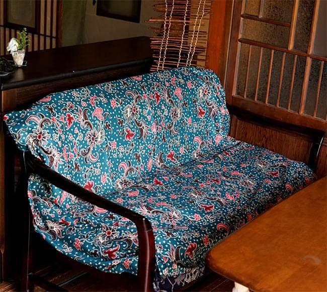 〔175cm*110cm〕インドネシア伝統のコットンバティック - 茶色・花更紗(花がオレンジ) 8 - ソーファーカバーとしても!一気に雰囲気が変わります。他にも目隠しに使ったり、カーテンにしたり、手作り衣料の素材にしたりアイデア次第で何にでも使えるバティックです!