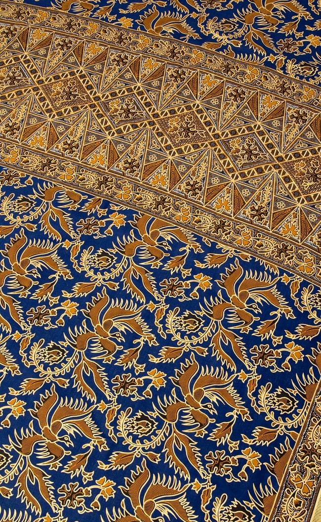 〔190cm*115cm〕インドネシア伝統のコットンバティック - 藍色・孔雀と幾何模様 2 - 鳥などの動物と植物を組み合わせたスメン模様や、刀剣を意味する王宮模様のパラン・ルサック、インドから影響を受けた更紗模様など、インドネシアの歴史を感じることのできるデザインになっております。