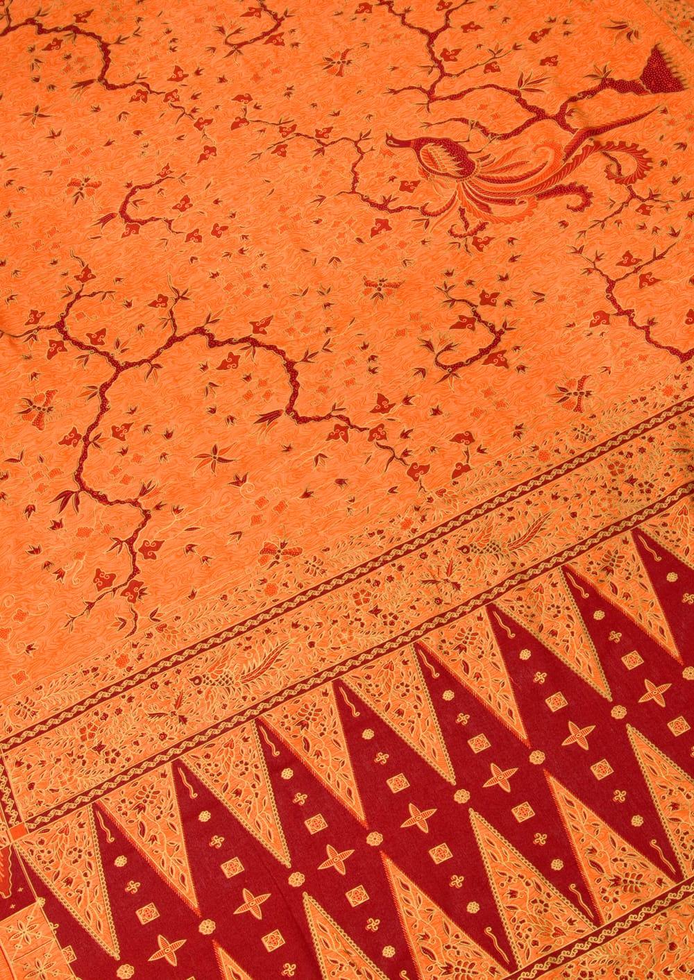 〔170cm*110cm〕インドネシア伝統のコットンバティック - 橙色・孔雀 2 - 鳥などの動物と植物を組み合わせたスメン模様や、刀剣を意味する王宮模様のパラン・ルサック、インドから影響を受けた更紗模様など、インドネシアの歴史を感じることのできるデザインになっております。