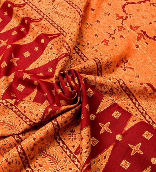 〔170cm*110cm〕インドネシア伝統のコットンバティック - 橙色・孔雀 4 - 布をクシュクシュっとしてみました